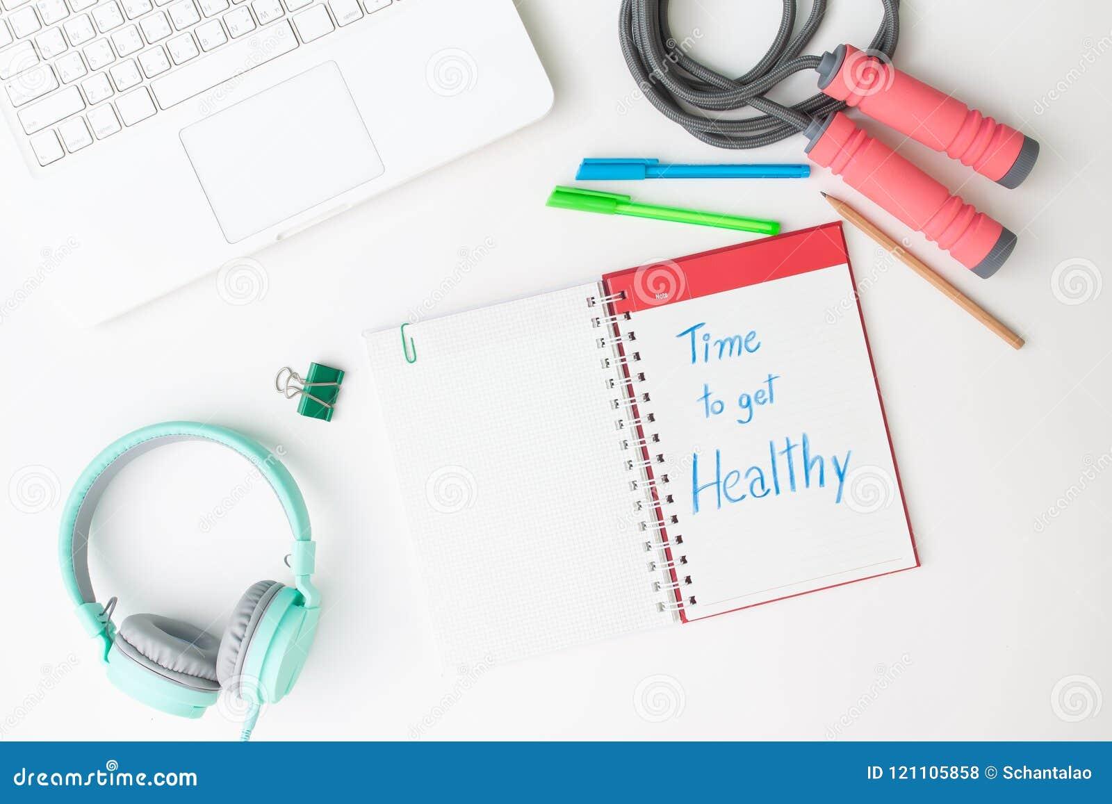 Endecha creativa del plano del escritorio del espacio de trabajo con el ordenador portátil, el auricular y w