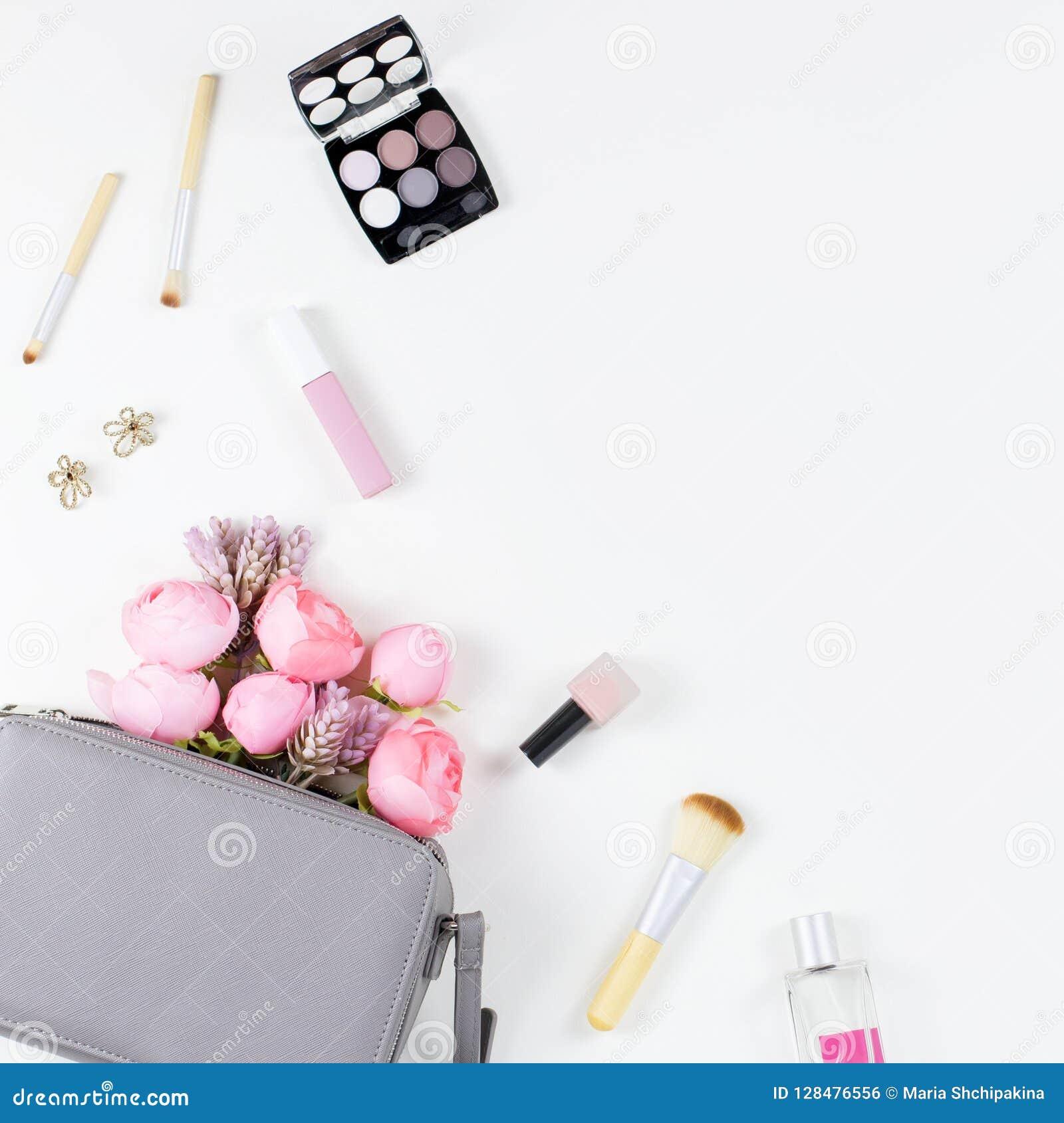Endecha del plano del concepto del blog de la belleza Complementos, flores, cosméticos, joyería, copyspace