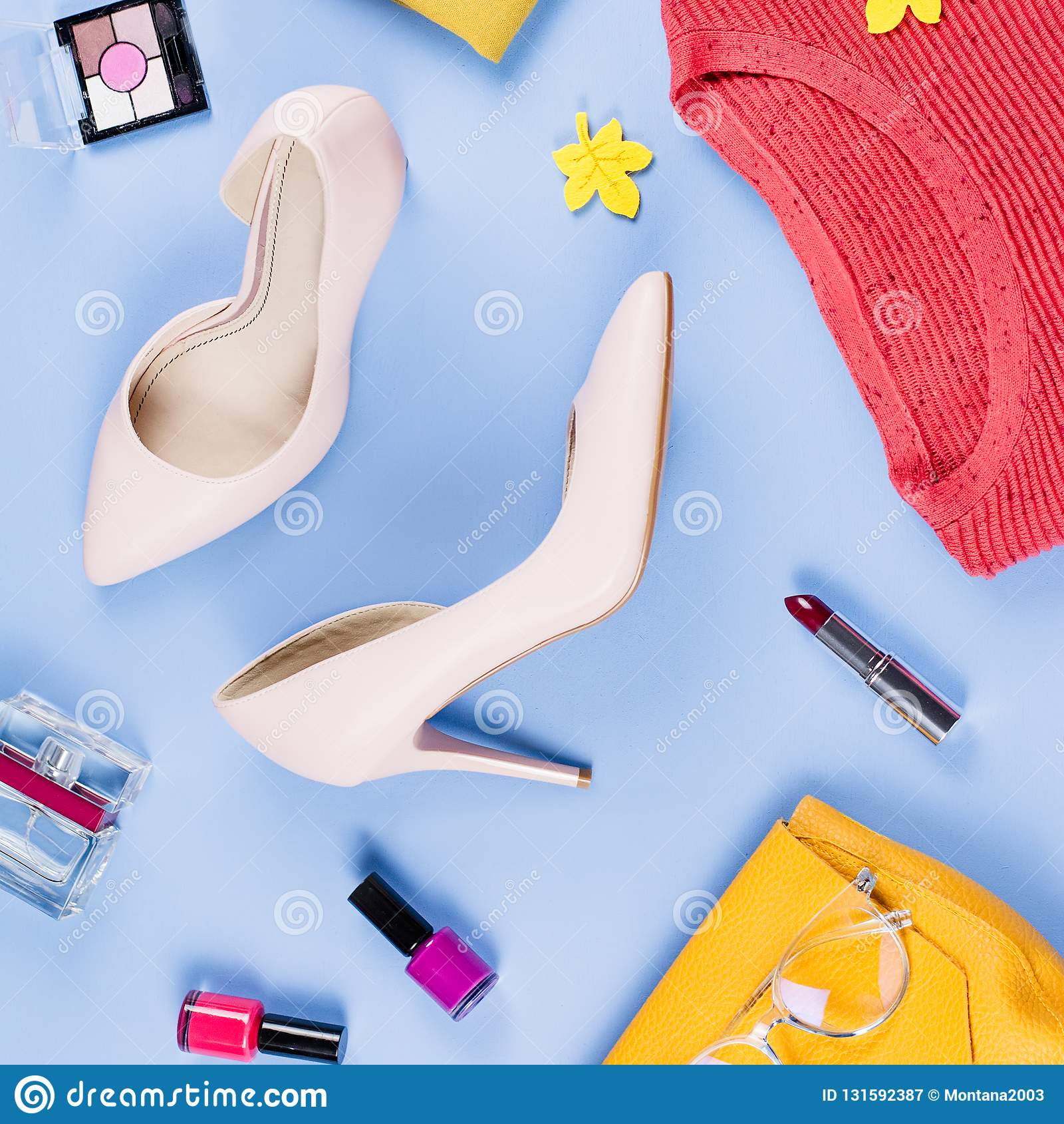 Endecha del plano de la ropa y de los accesorios de la caída de la mujer Concepto femenino de la moda del otoño