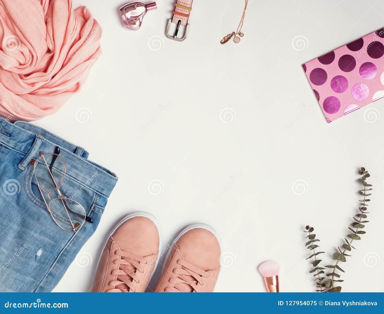 Endecha plana con las zapatillas de deporte rosadas, los vaqueros, la bufanda y otros accesorios