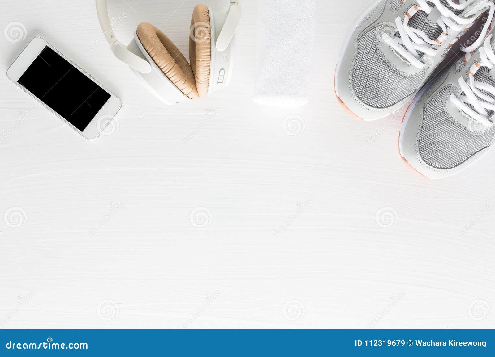 Endecha plana de los accesorios de la aptitud en el fondo de madera blanco Runn