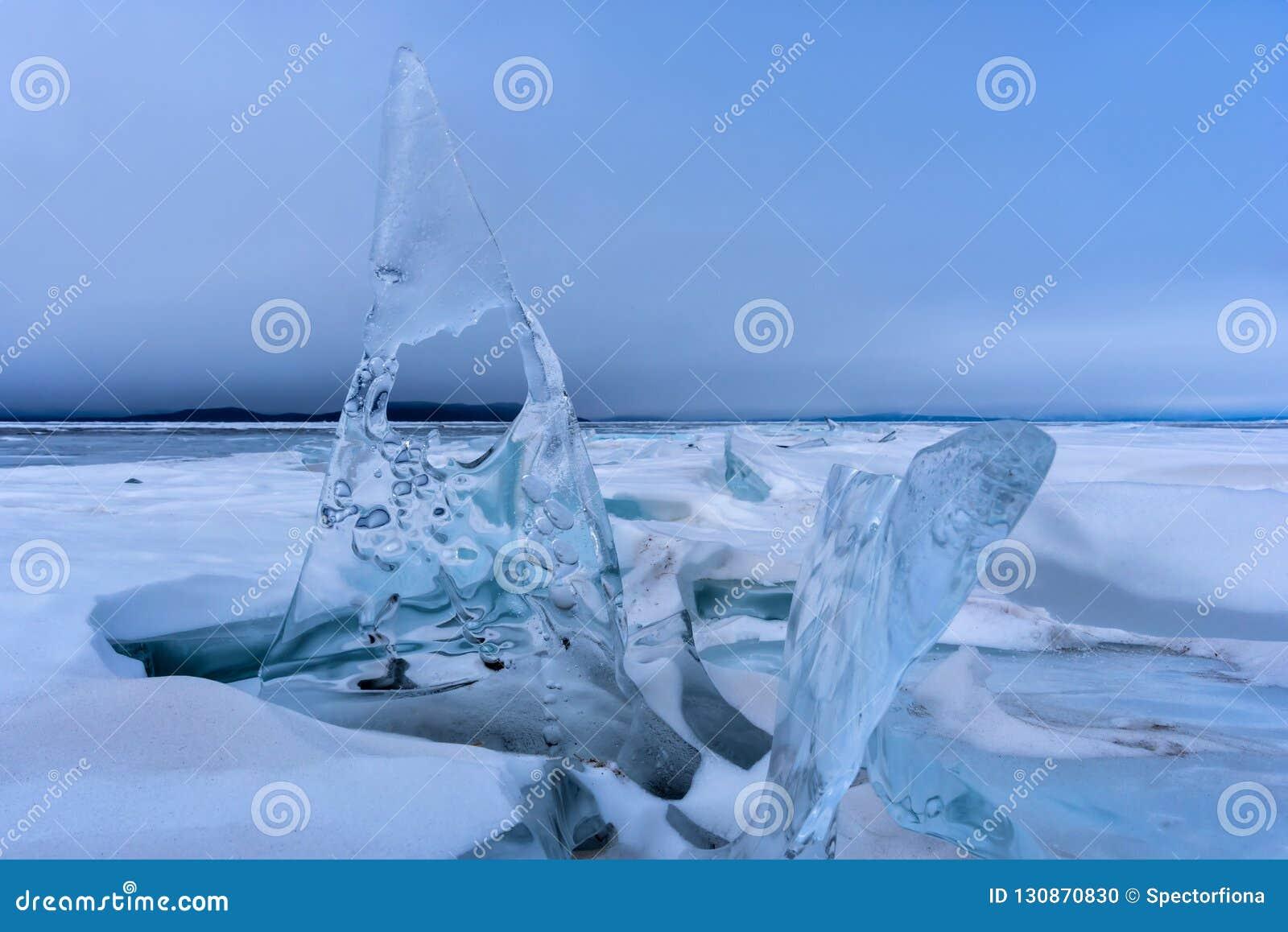 Endlose blaue Eishügel im Winter auf dem gefrorenen Baikalsee