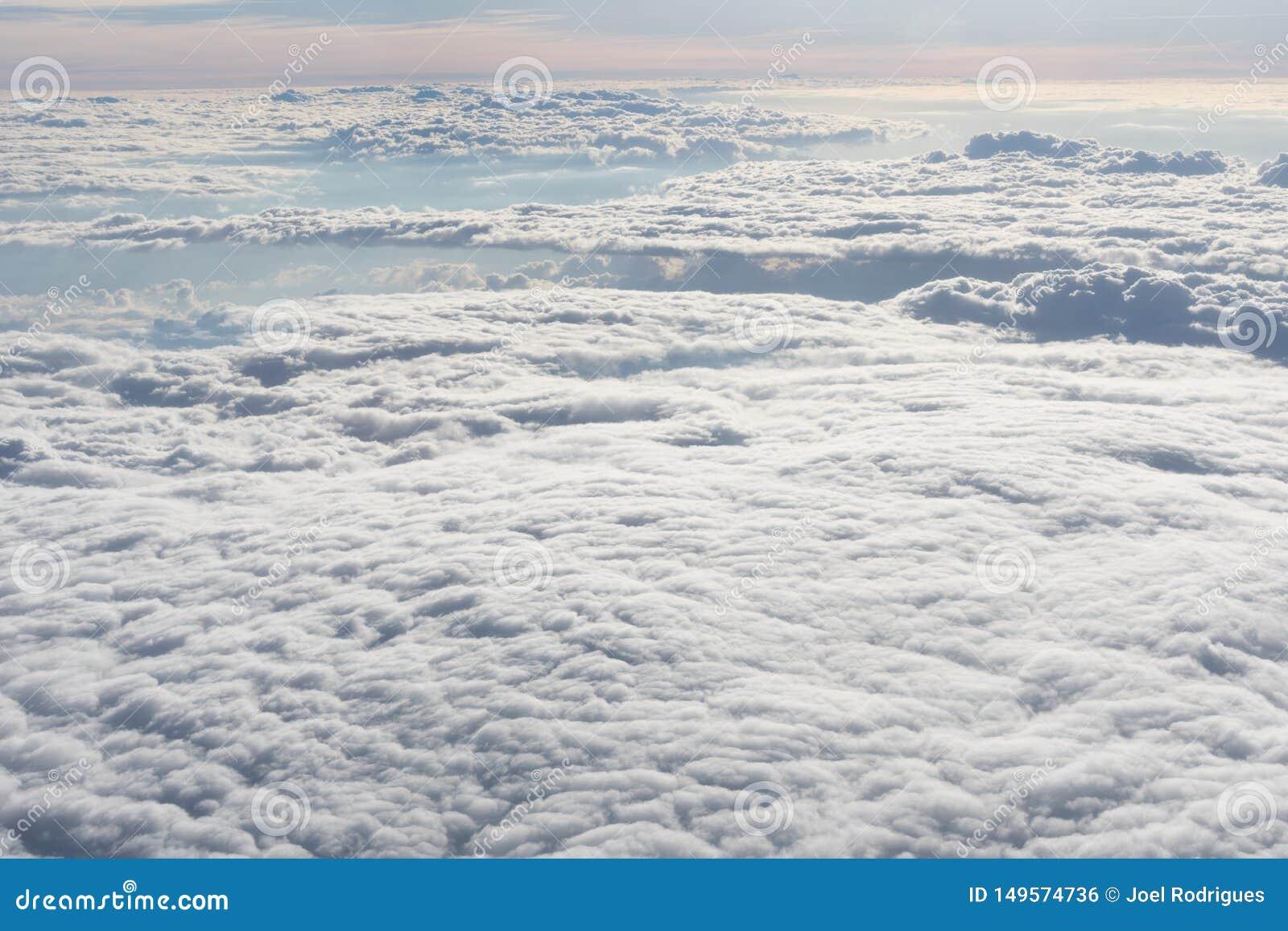 Endloses Meer von weißen Wolken