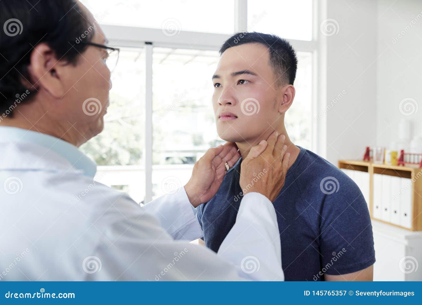 Endocrynologist που ελέγχει το θυροειδή του ασθενή
