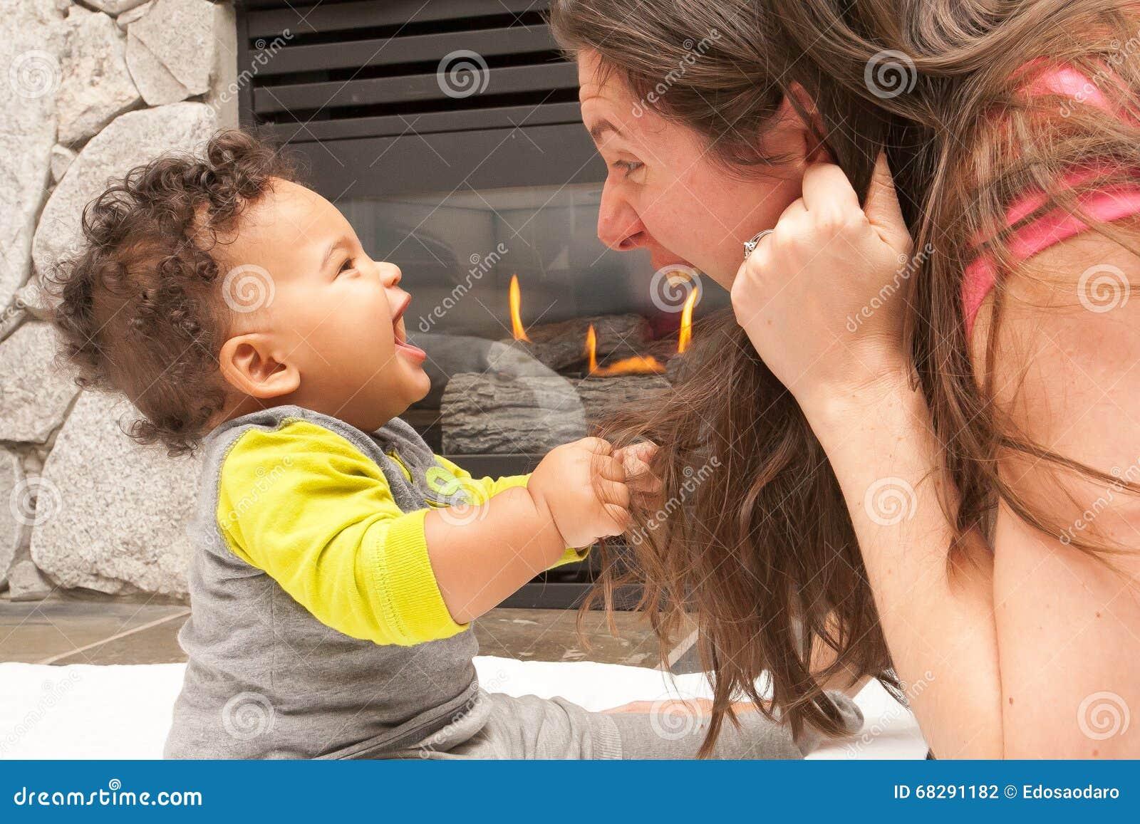 Endroit heureux du feu de bébé de mère