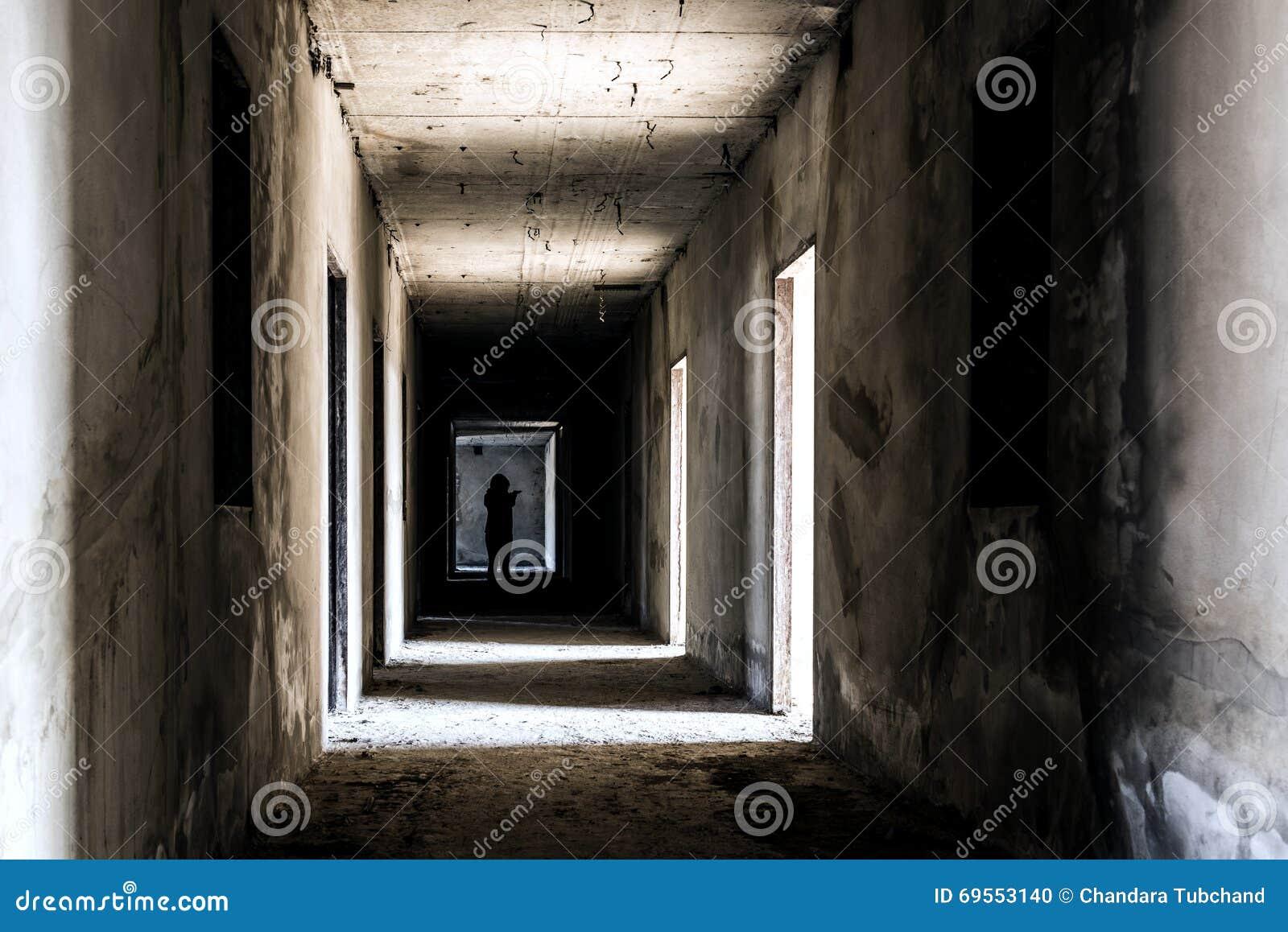 Endroit vivant de construction abandonné de fantôme avec la femme effrayante à l intérieur