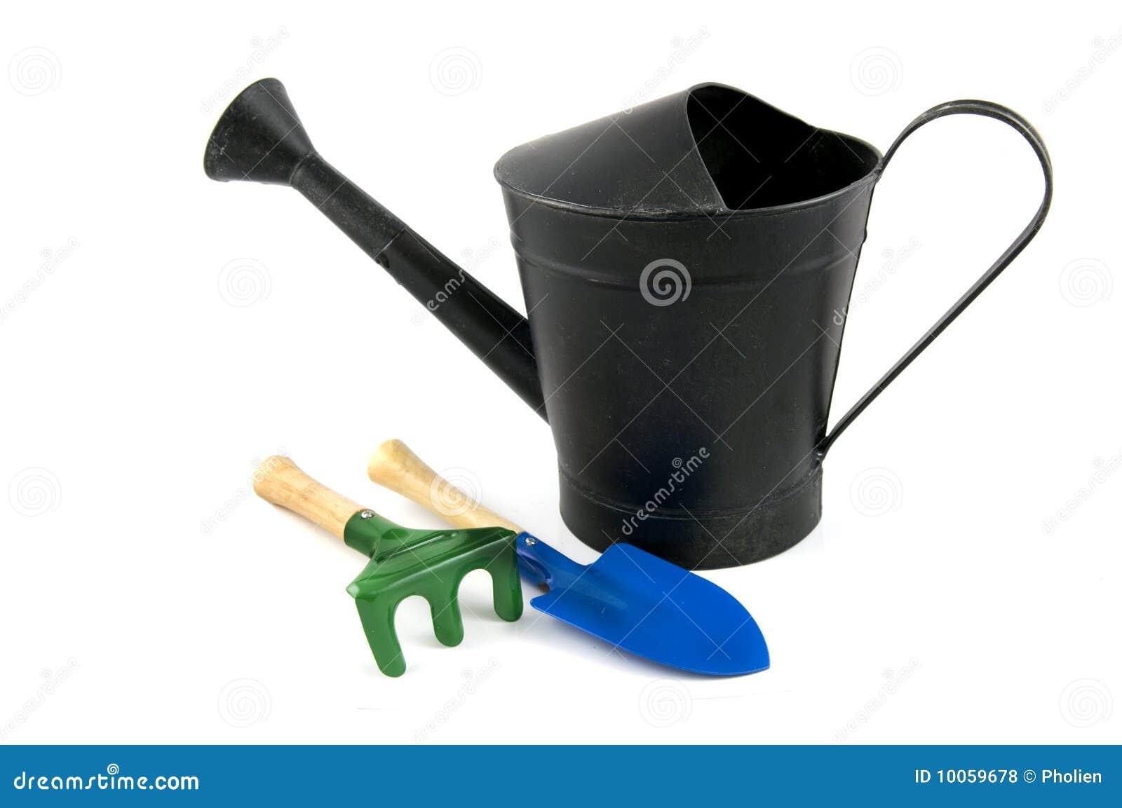 Enegreça a lata molhando do ferro com pá e ancinho