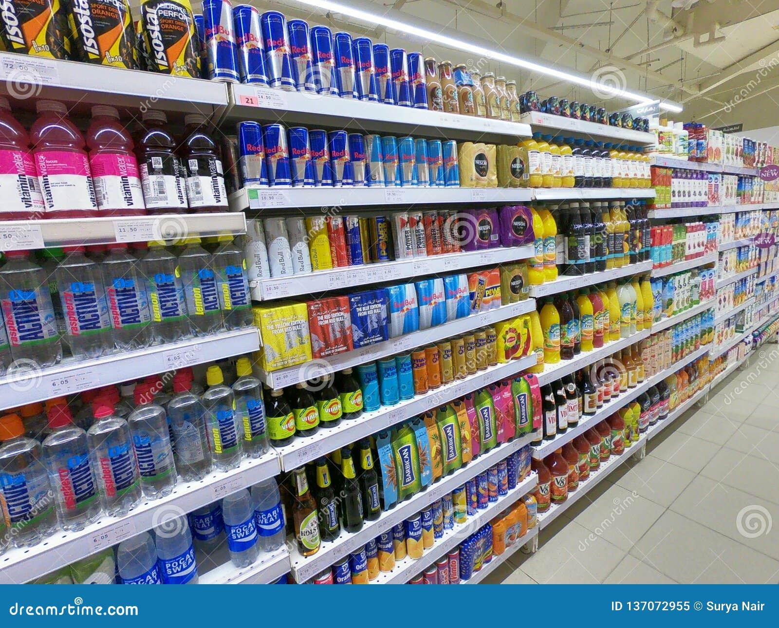 Energi dricker gången i supermarket, livsmedelsbutik