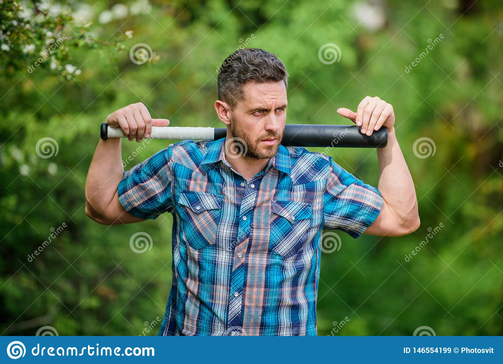 Energia selvagem Poder e for?a Sinta minha for?a Bast?o de beisebol restrito n?o barbeado do preto da posse da cara do homem T?mp