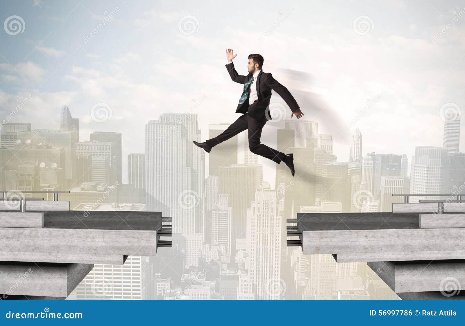 Energiczny biznesowy mężczyzna skacze nad mostem z przerwą