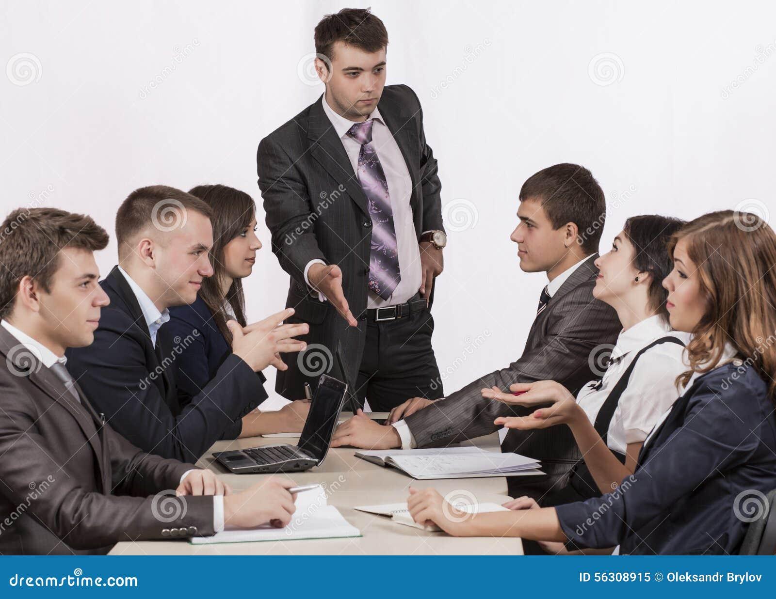 Energiczny korporacyjny kierownik instruuje jego drużyny