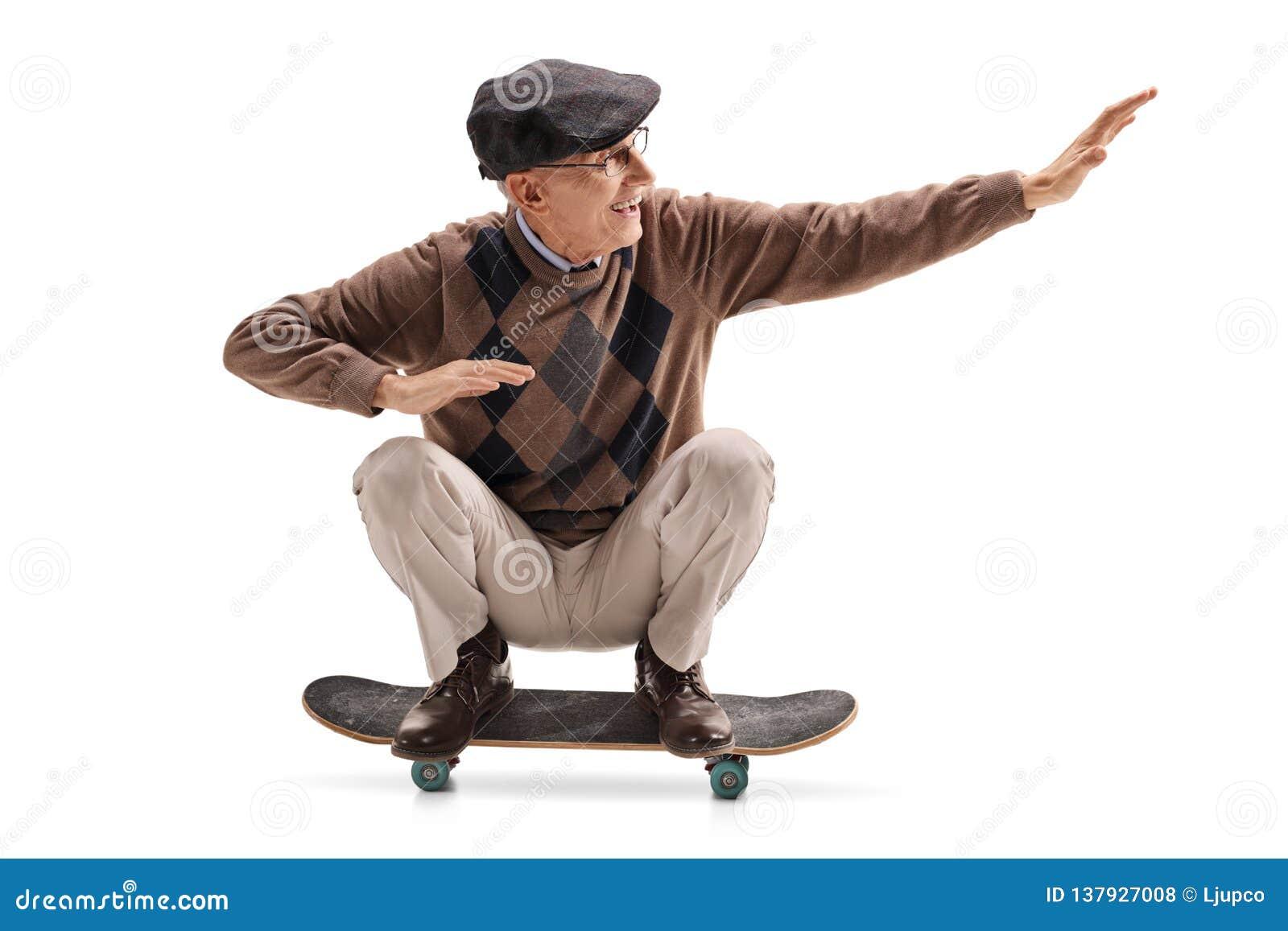 Energiczny starszy mężczyzna jedzie deskorolka