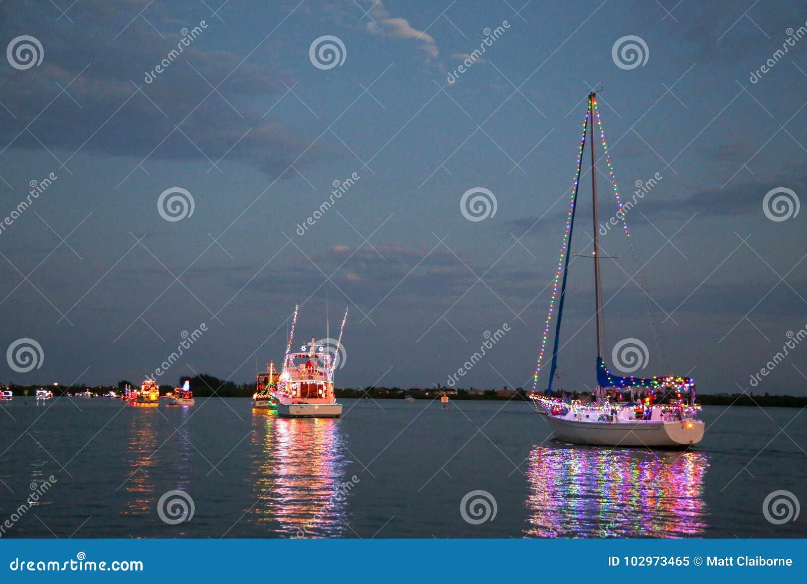 Energie und Segelboote nehmen an einer Holida-Boots-Parade teil