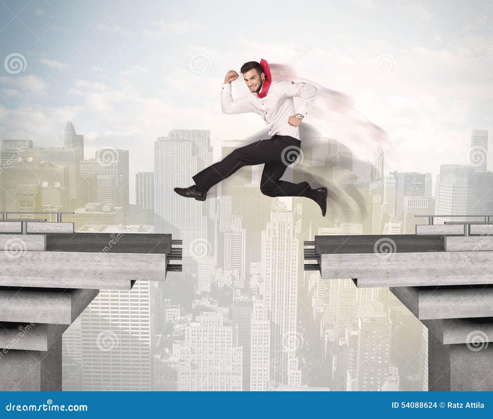 Energieke bedrijfsmens die over een brug met hiaat springen