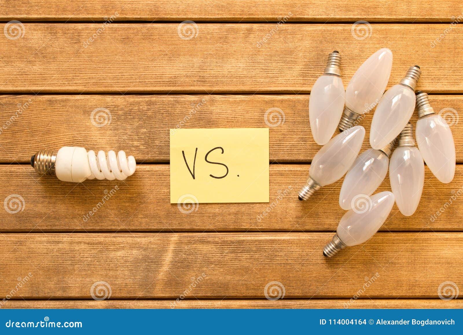 Energooszczędna lampa vs płonąca światła Pojęcie energia