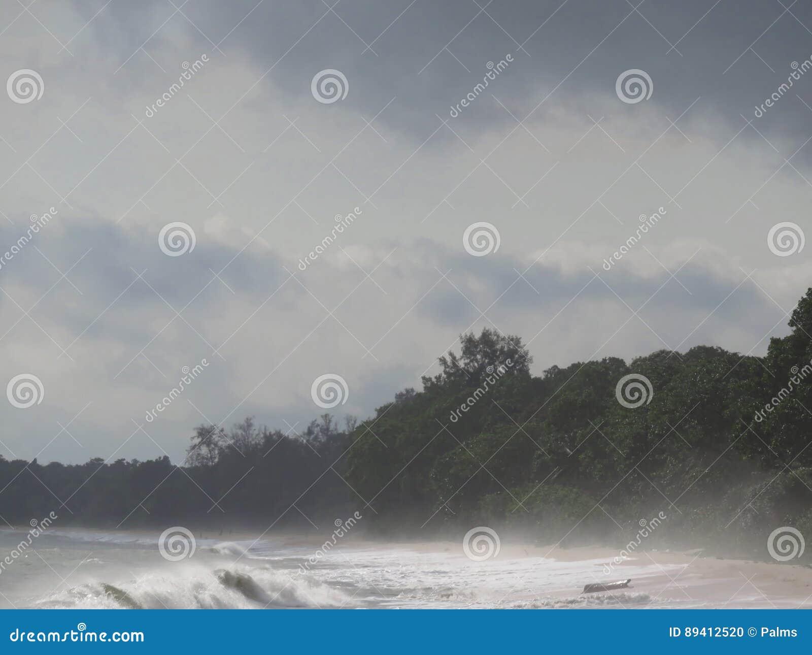 Enevoado no alvorecer na praia de Desaru, Johor, Malásia