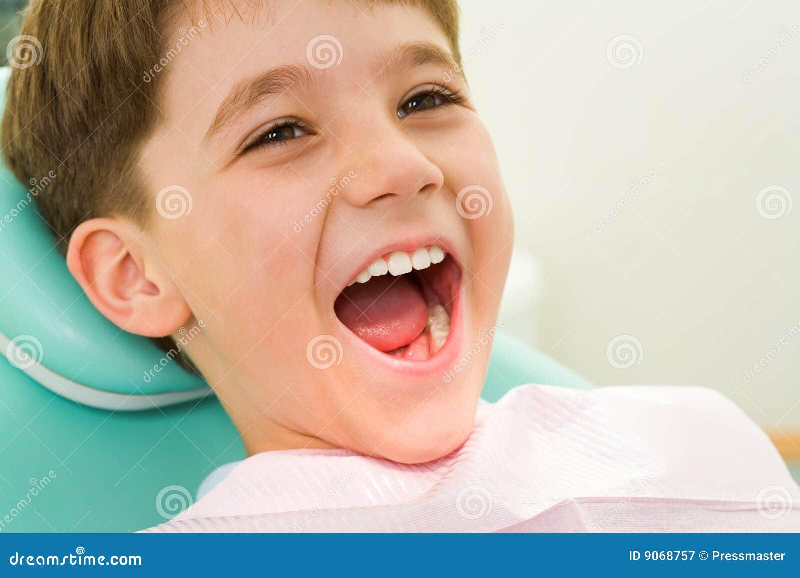 Enfant à l art dentaire
