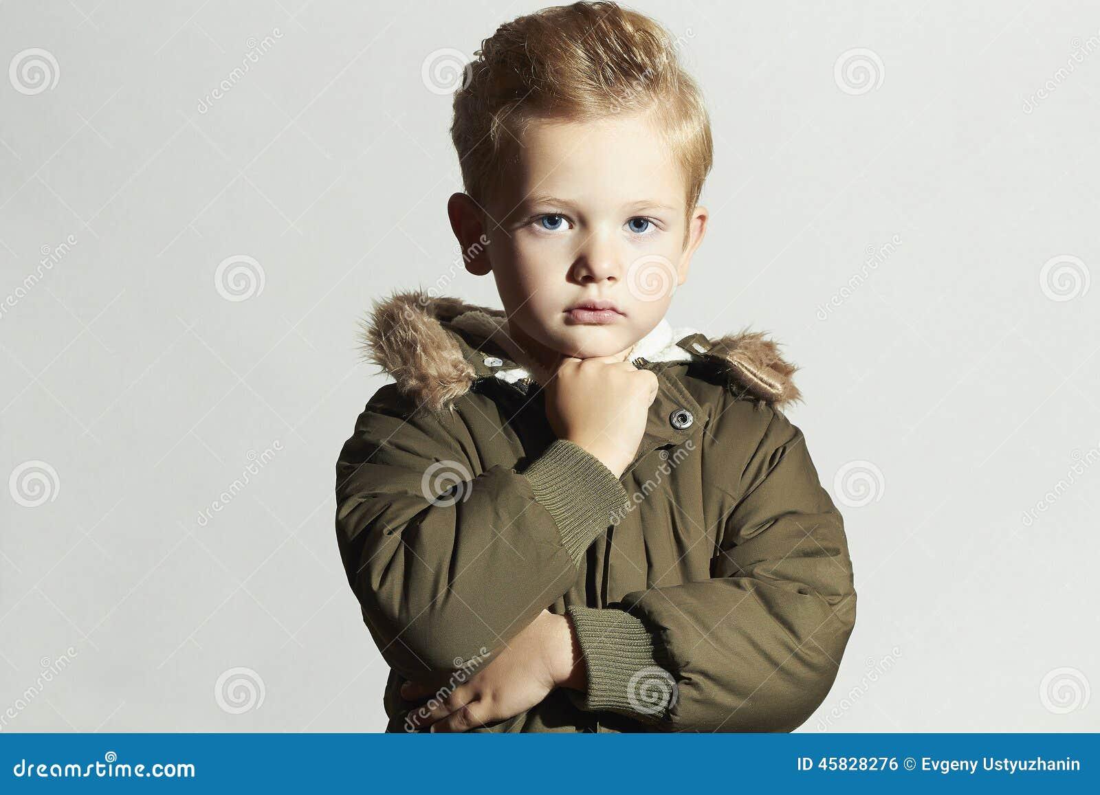 Enfant A La Mode Dans Le Manteau D Hiver Gosse De Mode Enfants Parka