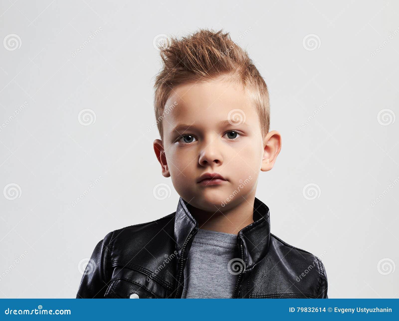 enfant la mode dans le manteau en cuir enfant l gant avec la coupe de cheveux la mode photo. Black Bedroom Furniture Sets. Home Design Ideas