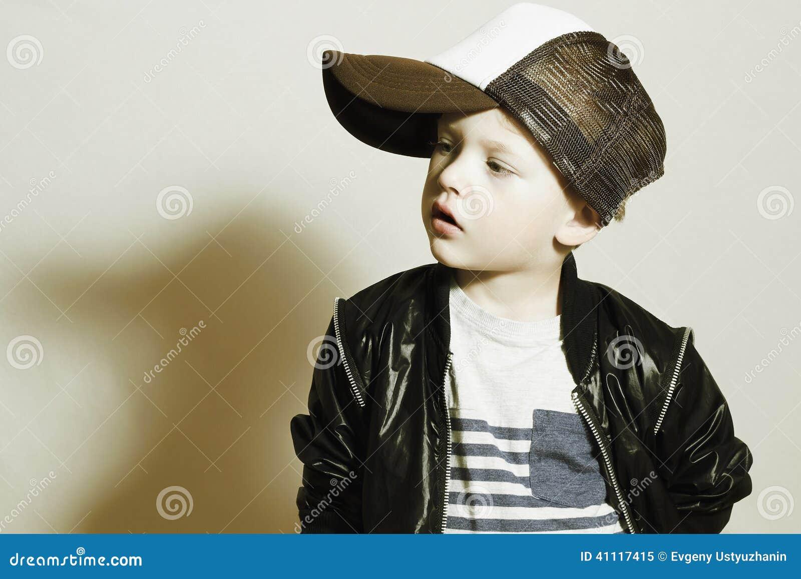 enfant la mode petit gar on l gant dans le chapeau de. Black Bedroom Furniture Sets. Home Design Ideas