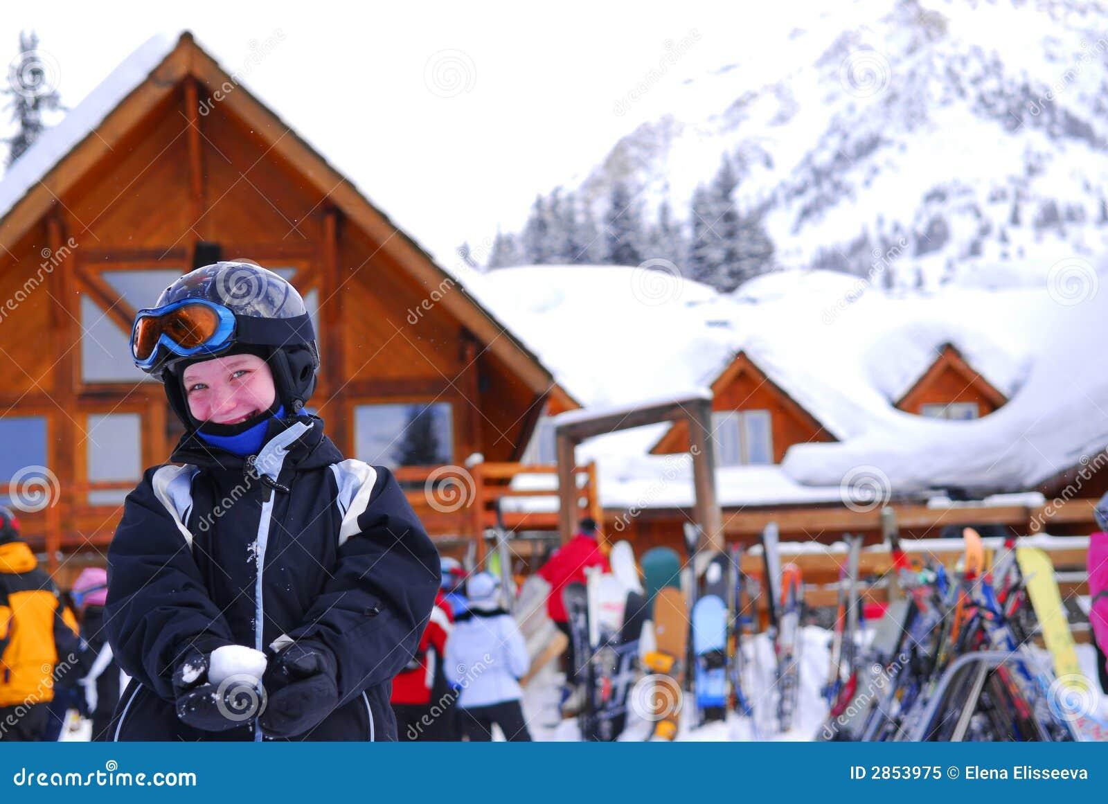 Enfant à la station de sports d hiver inclinée