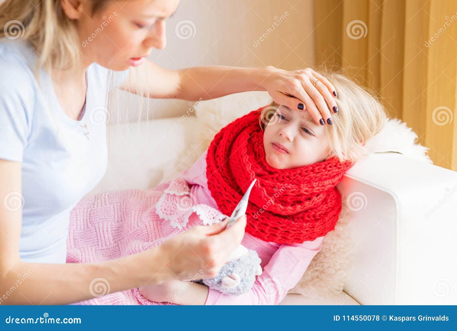 Enfant étant malade à l aise