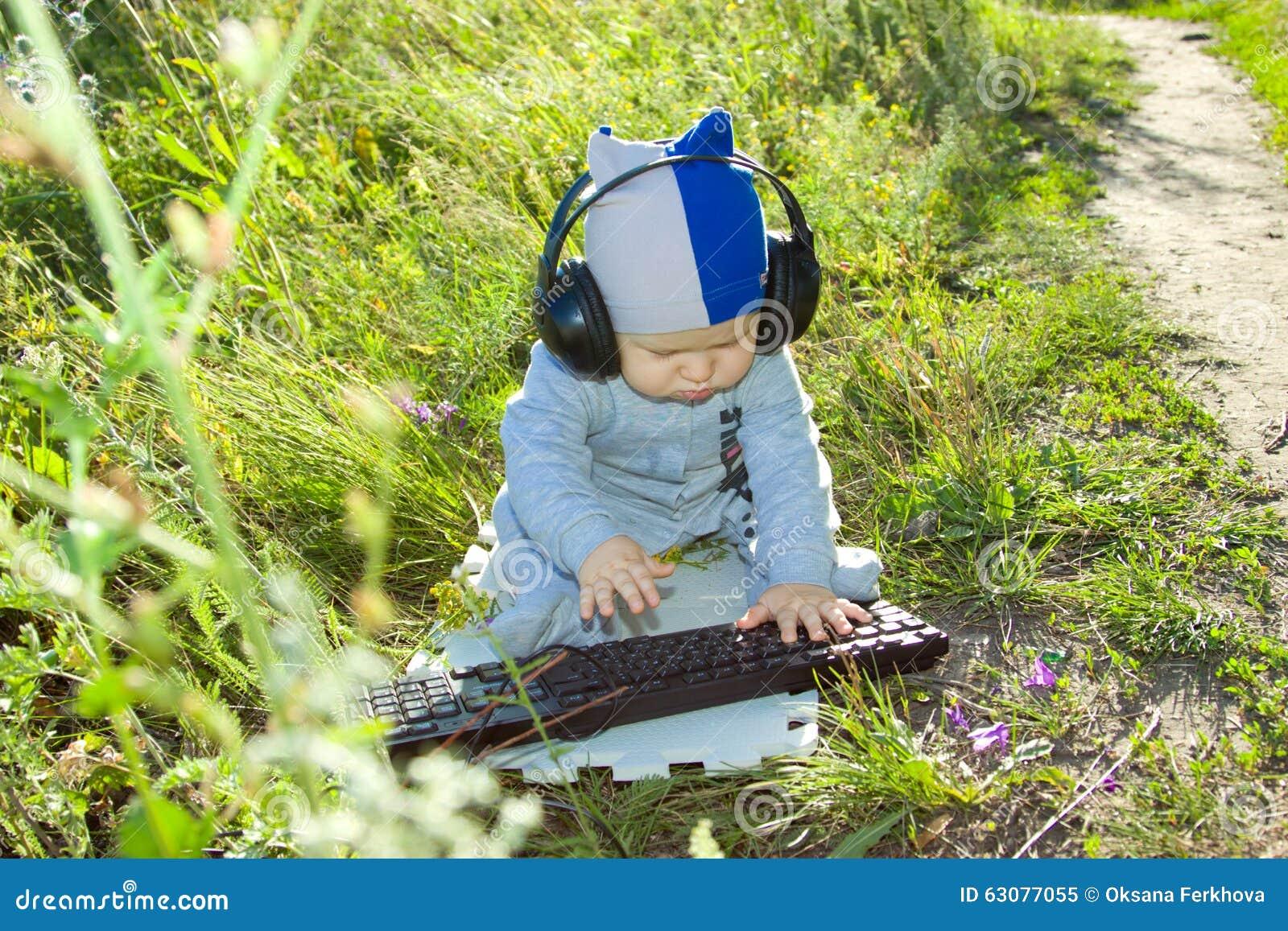 Download Enfant étudiant Le Clavier Dehors Image stock - Image du junior, babbie: 63077055