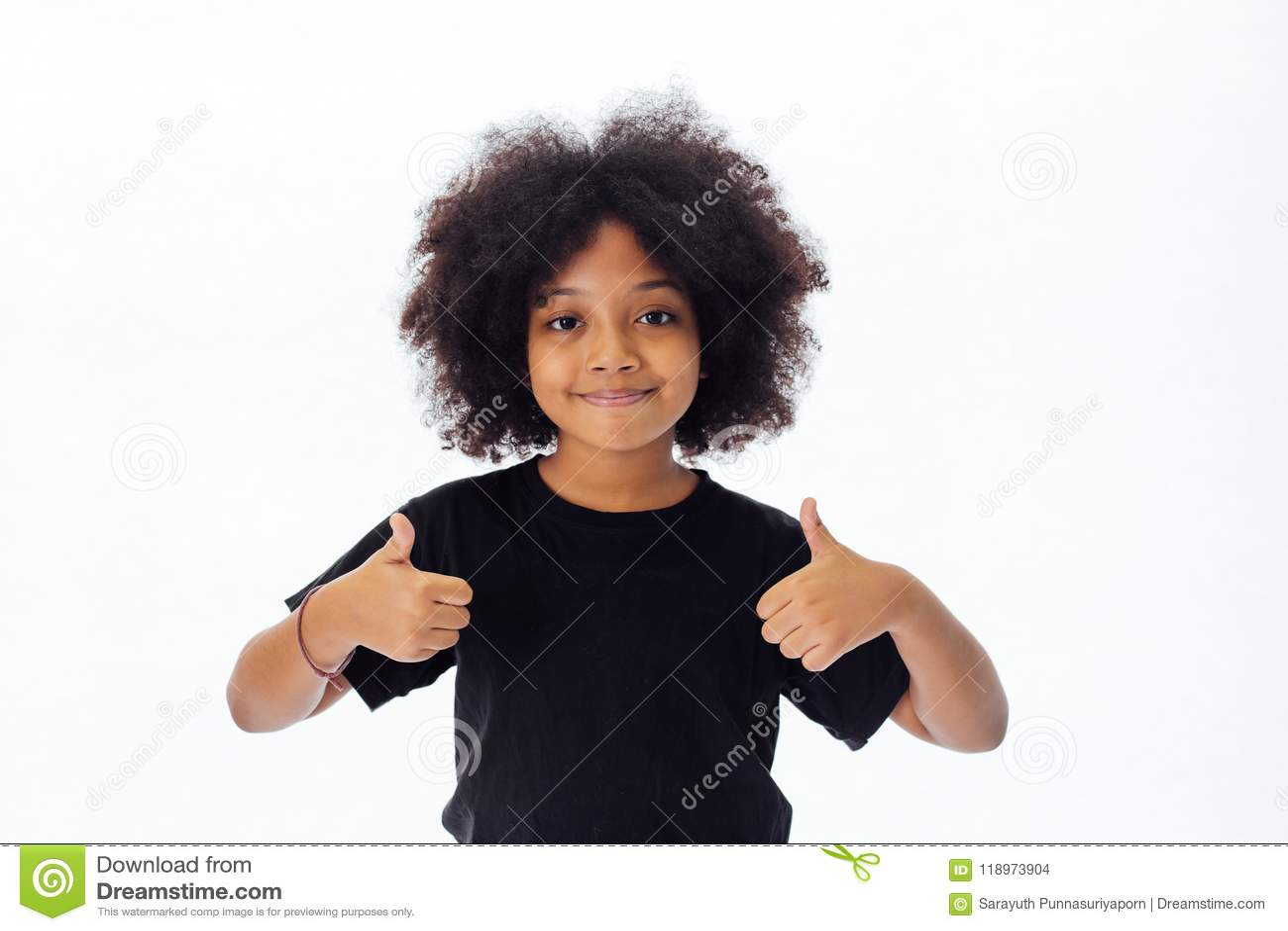 Enfant adorable et gai d Afro-américain avec la coiffure Afro renonçant à des pouces