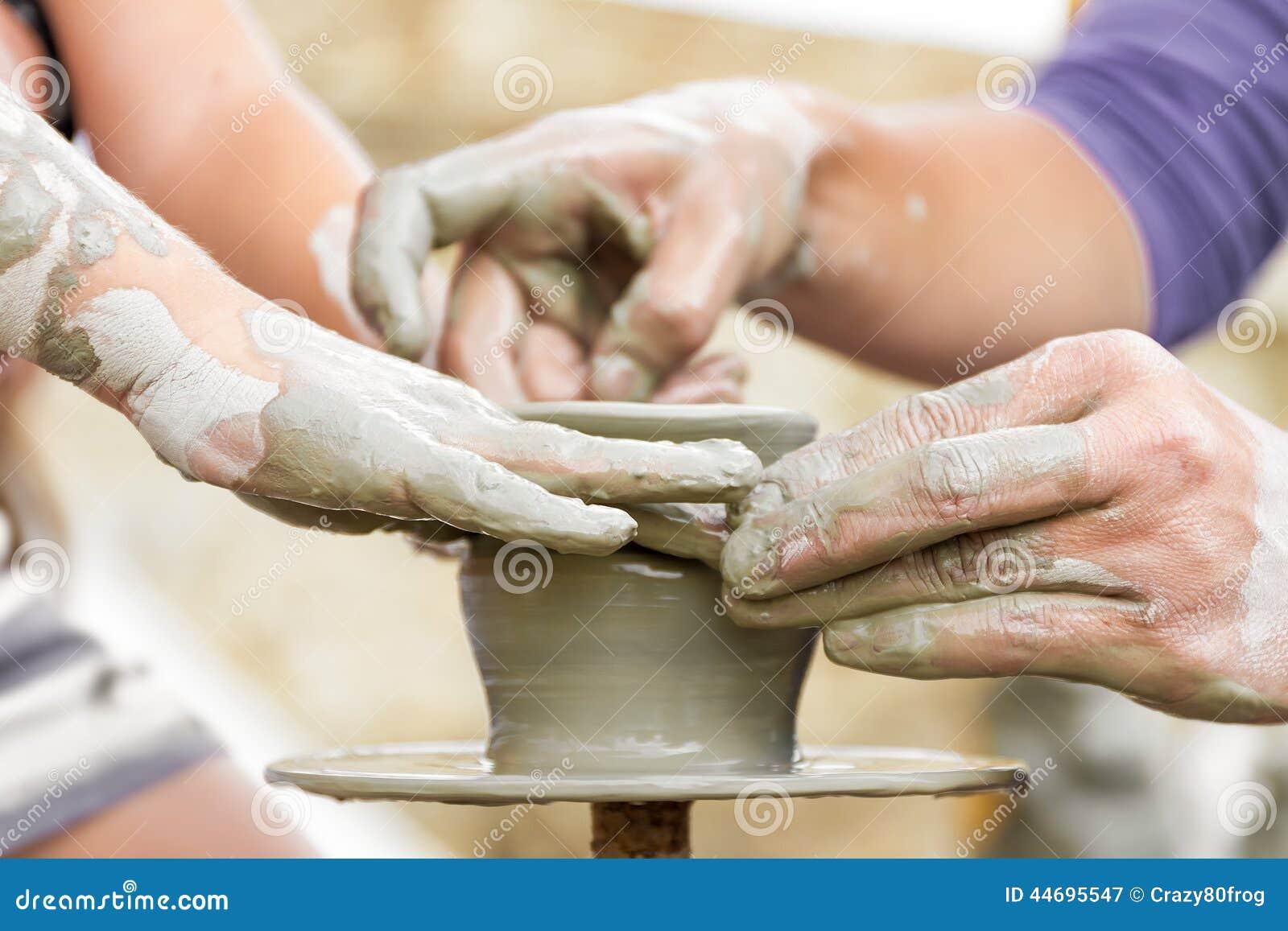 Enfant apprenant comment faire un pot vieux potier h image stock image du people pi ce 44695547 - Tour de potier manuel ...