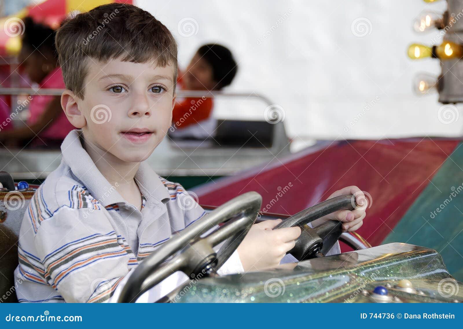 Enfant au parc d attractions