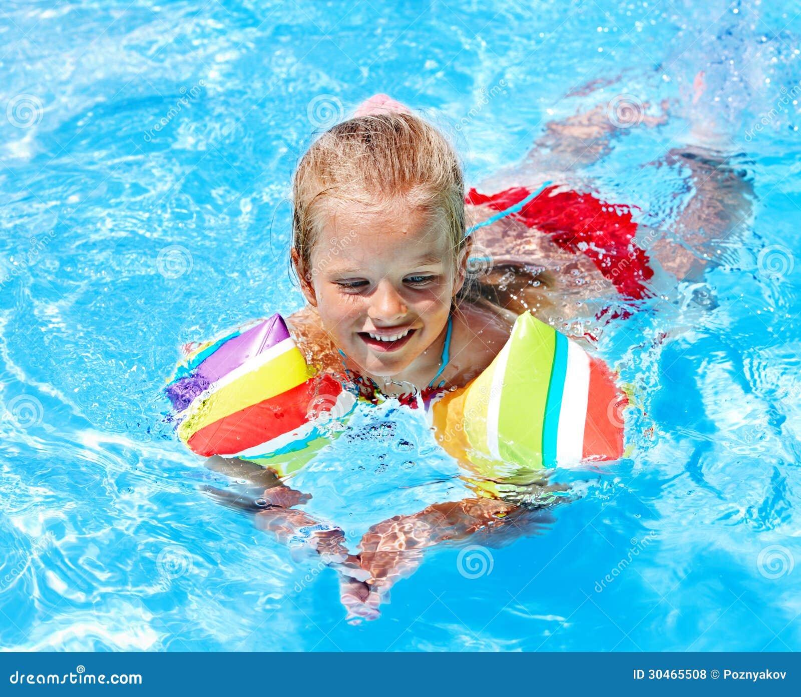 Enfant avec des brassards dans la piscine photos libres for Brassards piscine