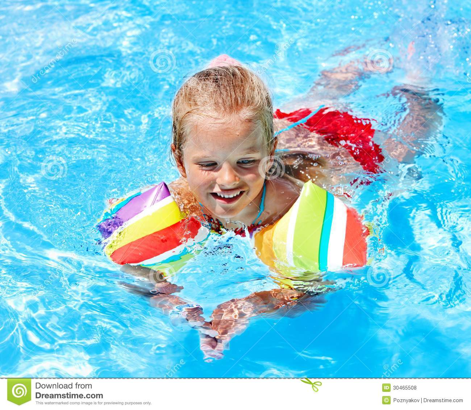 Enfant avec des brassards dans la piscine photos libres for Piscine enfant