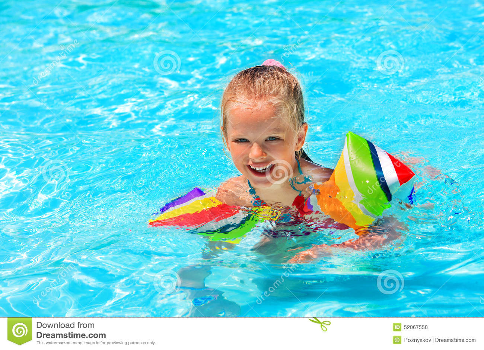 Enfant avec des brassards dans la piscine photo stock for Brassards piscine