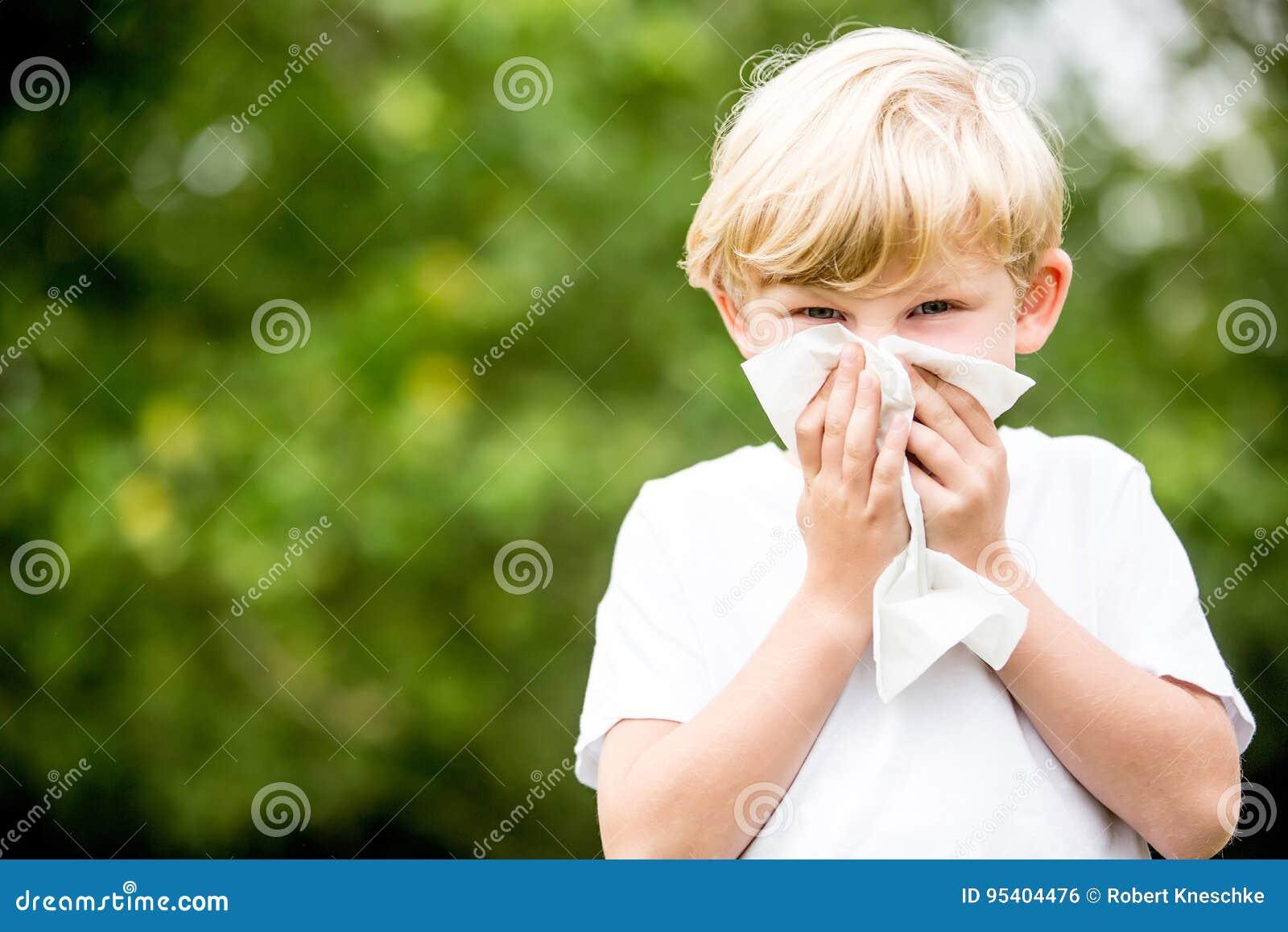 Enfant avec l allergie nettoyant son nez