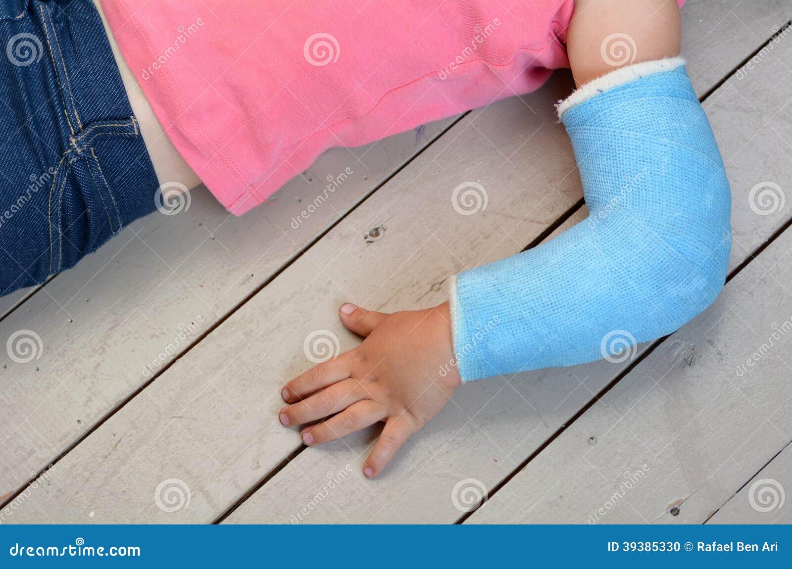 Enfant avec la fonte de bras
