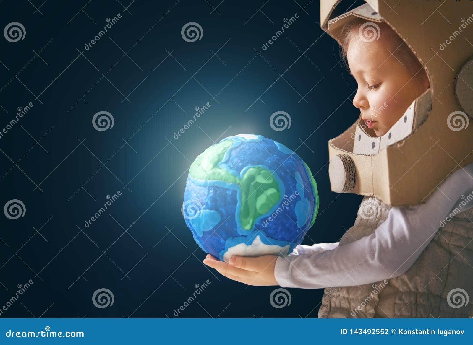 Enfant avec le globe