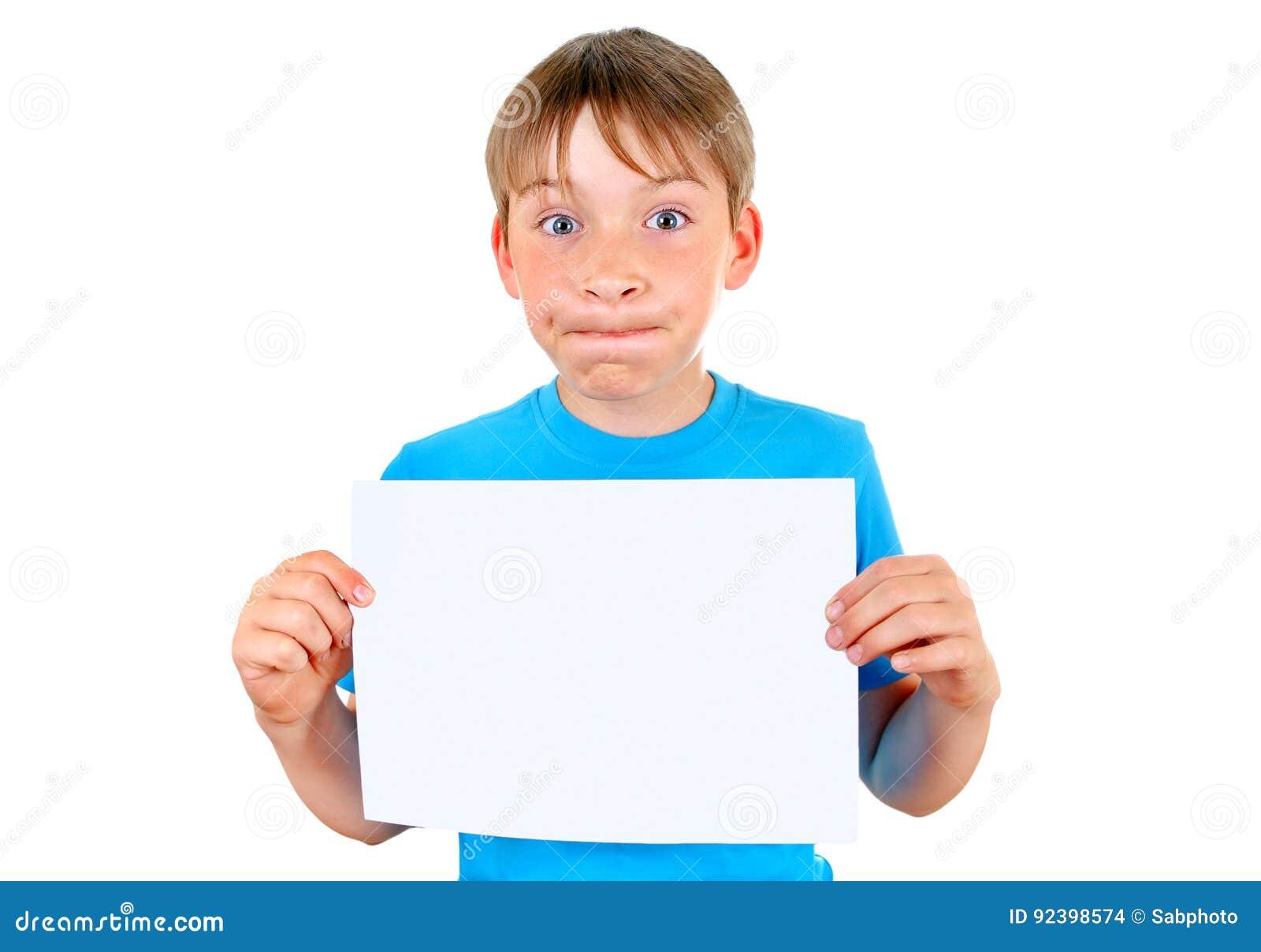 Enfant avec le papier blanc
