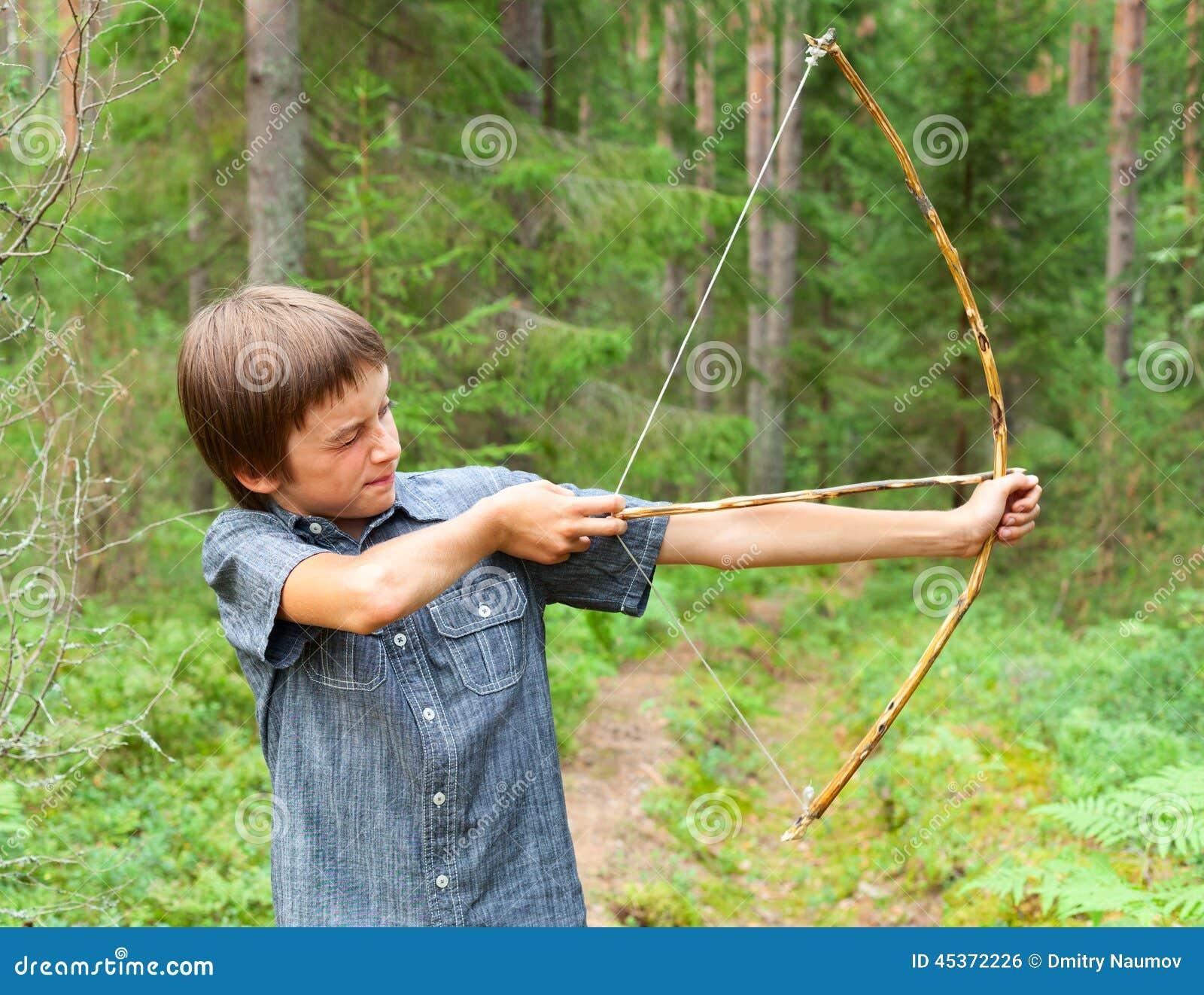 Enfant avec le tir à l arc fait maison