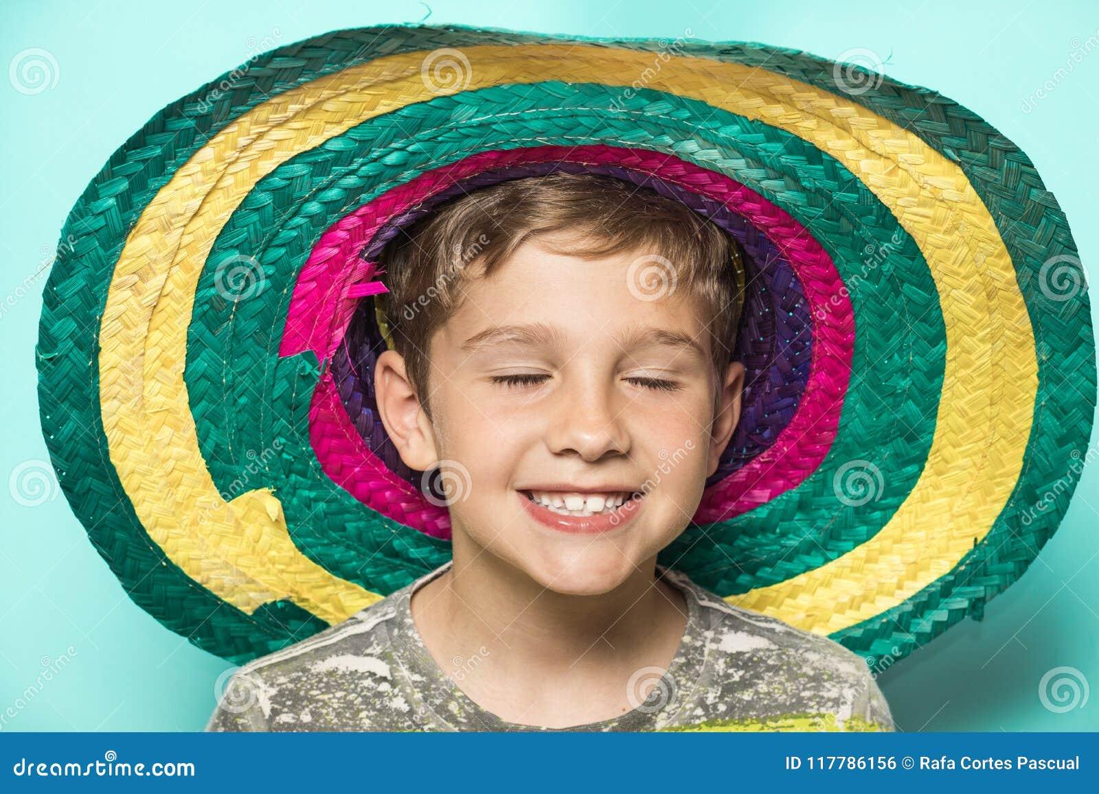 Enfant avec un chapeau mexicain