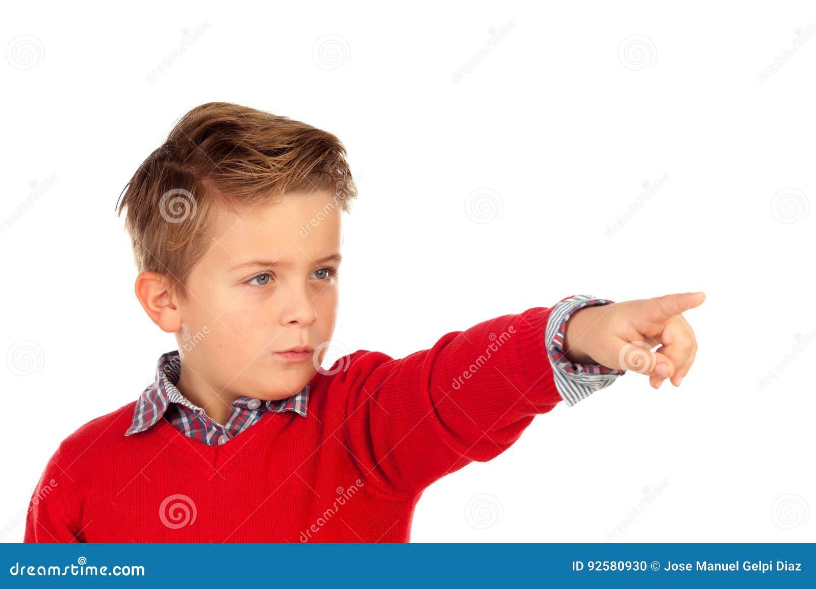 Enfant blond avec le débardeur rouge se dirigeant avec son doigt