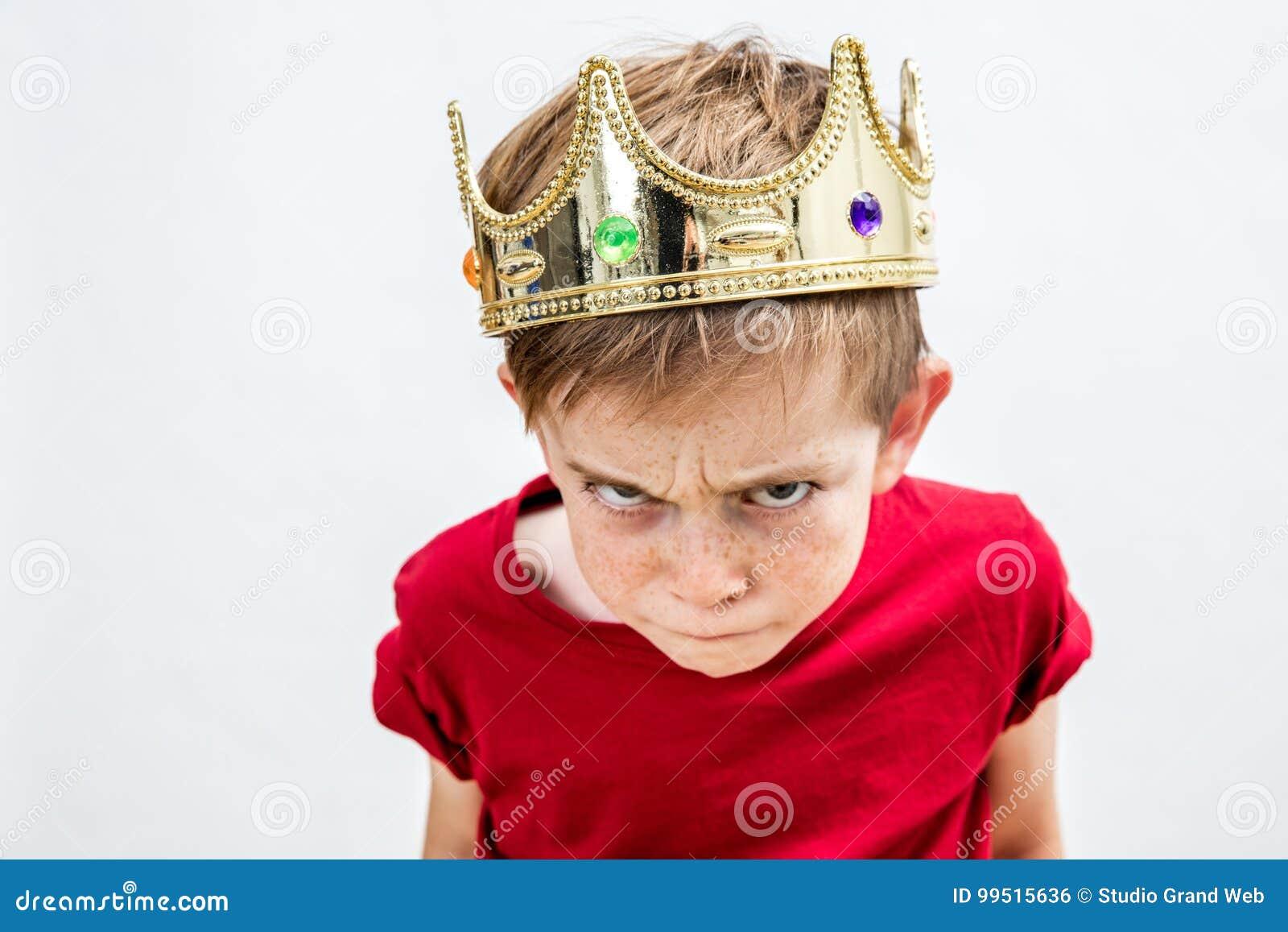 Enfant corrompu rebelle avec la couronne pour l attitude folle, courbe