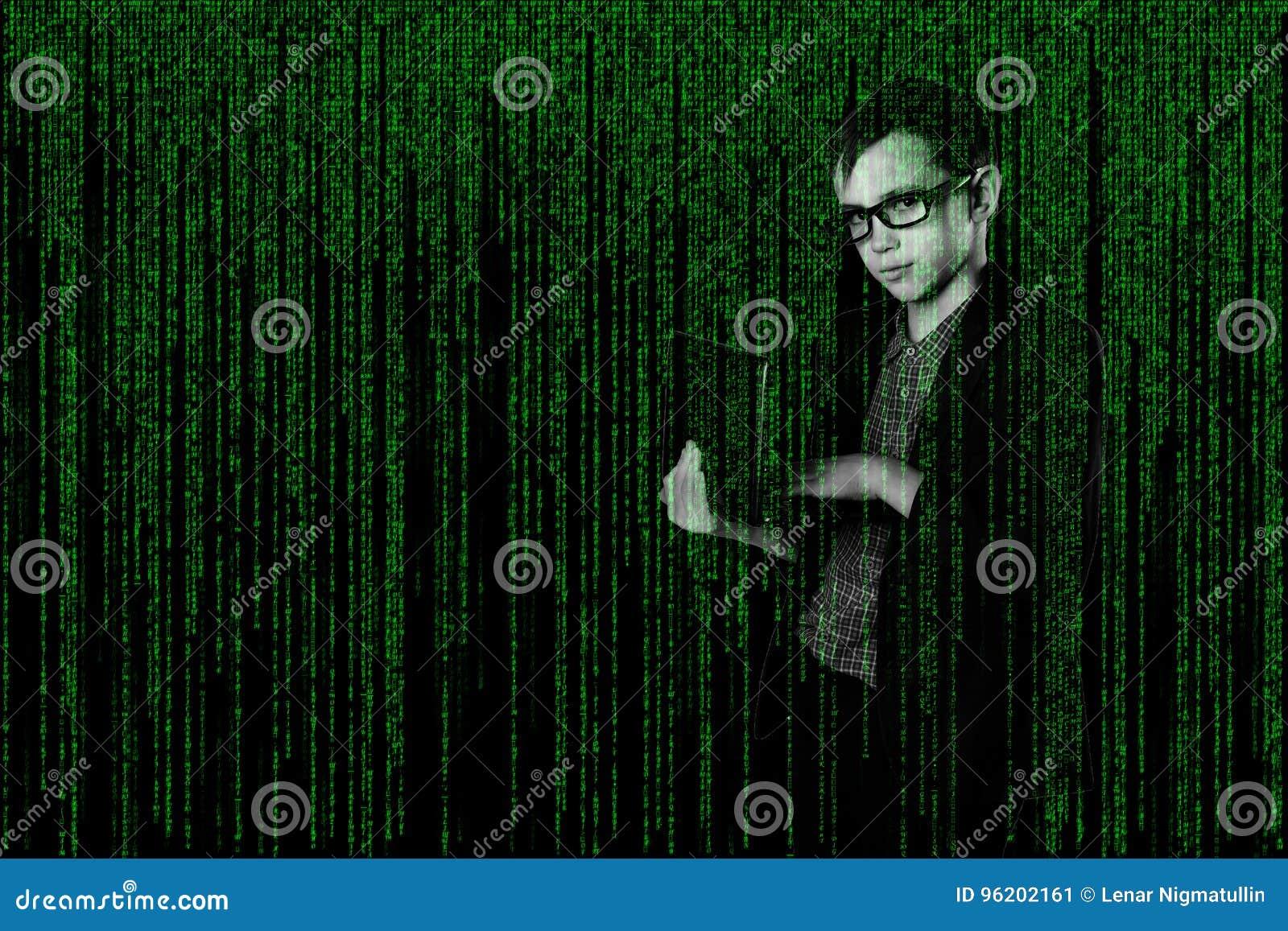 Enfant d affaires avec dedans un ordinateur portable de costume dans le style de matrice pirate informatique sur le fond techno-n
