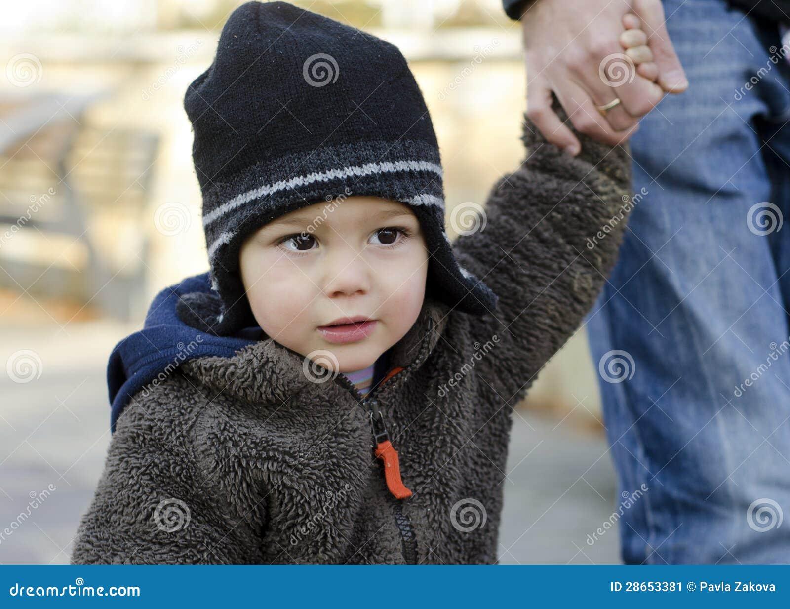 Enfant d enfant en bas âge retenant la main