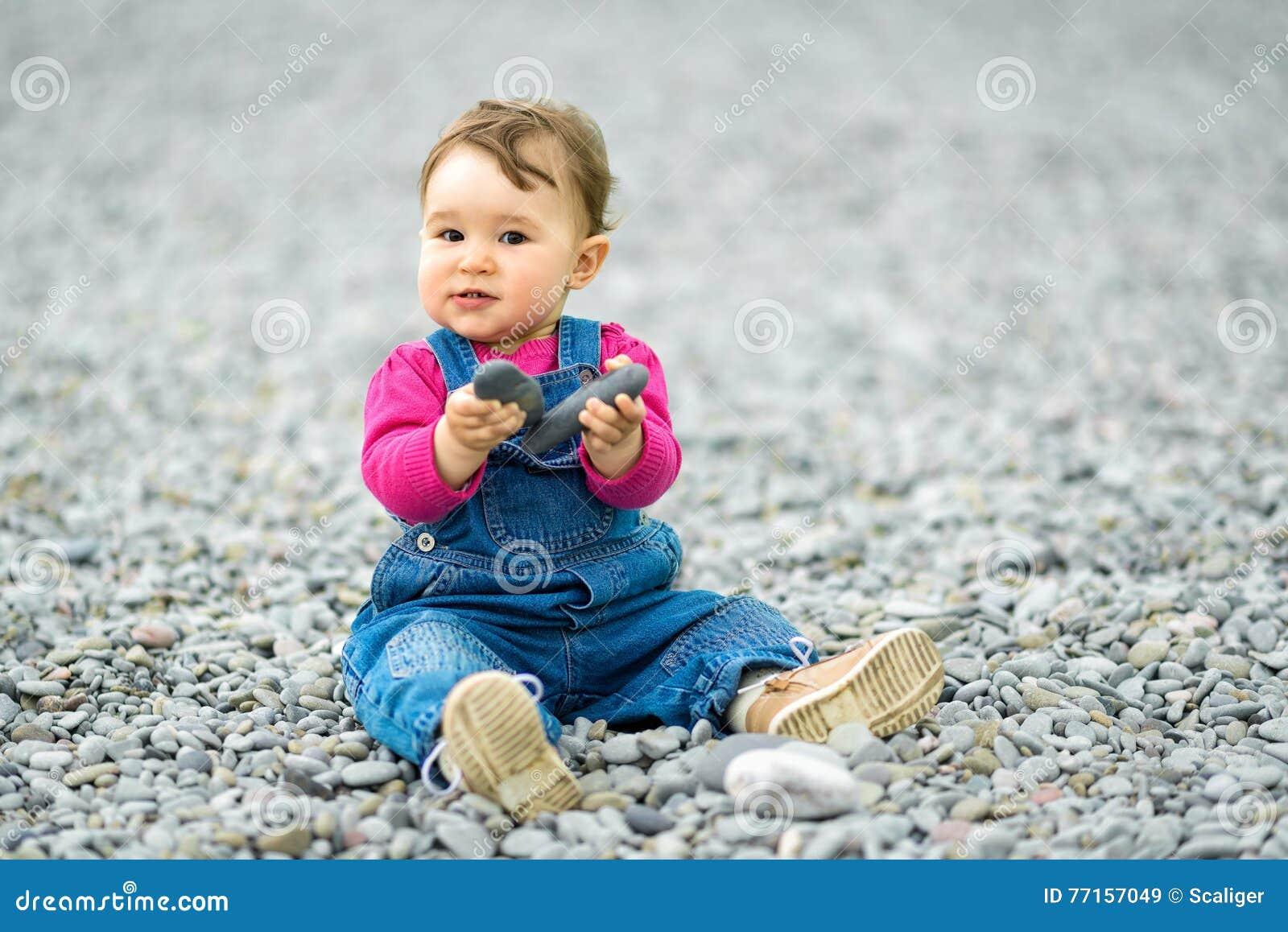 Enfant d un an heureux jouant sur la plage