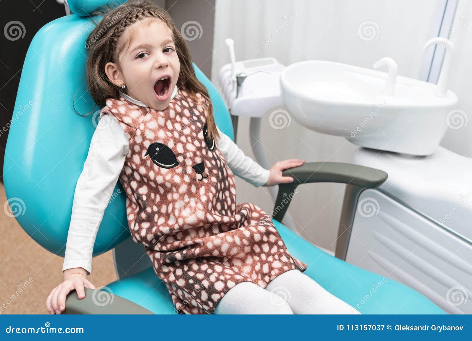 Enfant dans la chaise dentaire