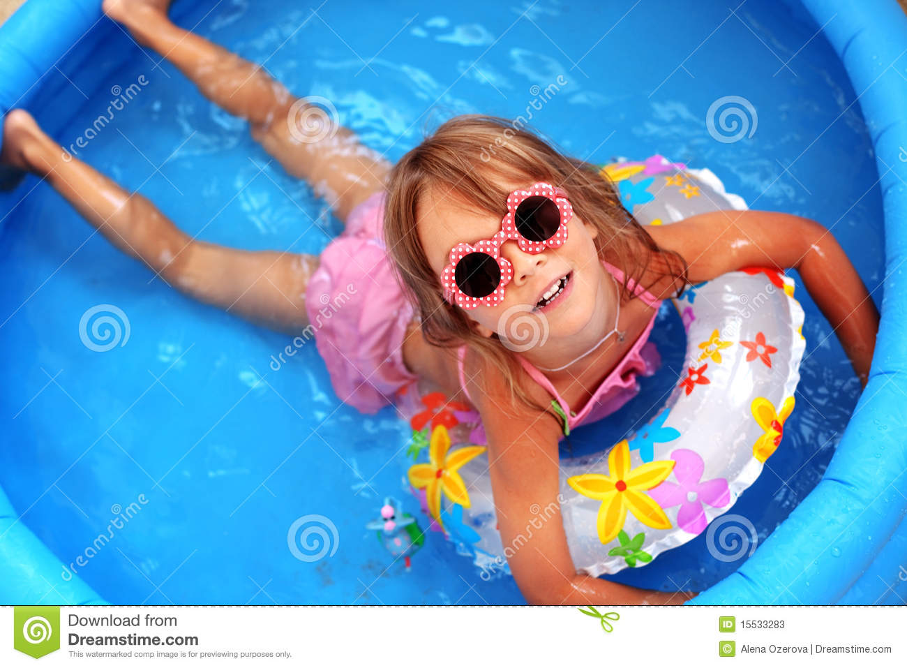 Enfant dans la piscine photos stock image 15533283 for Piscine enfant