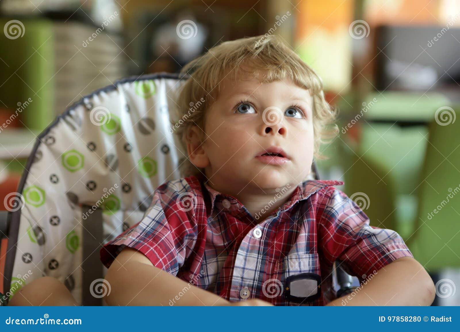 Enfant dans le highchair