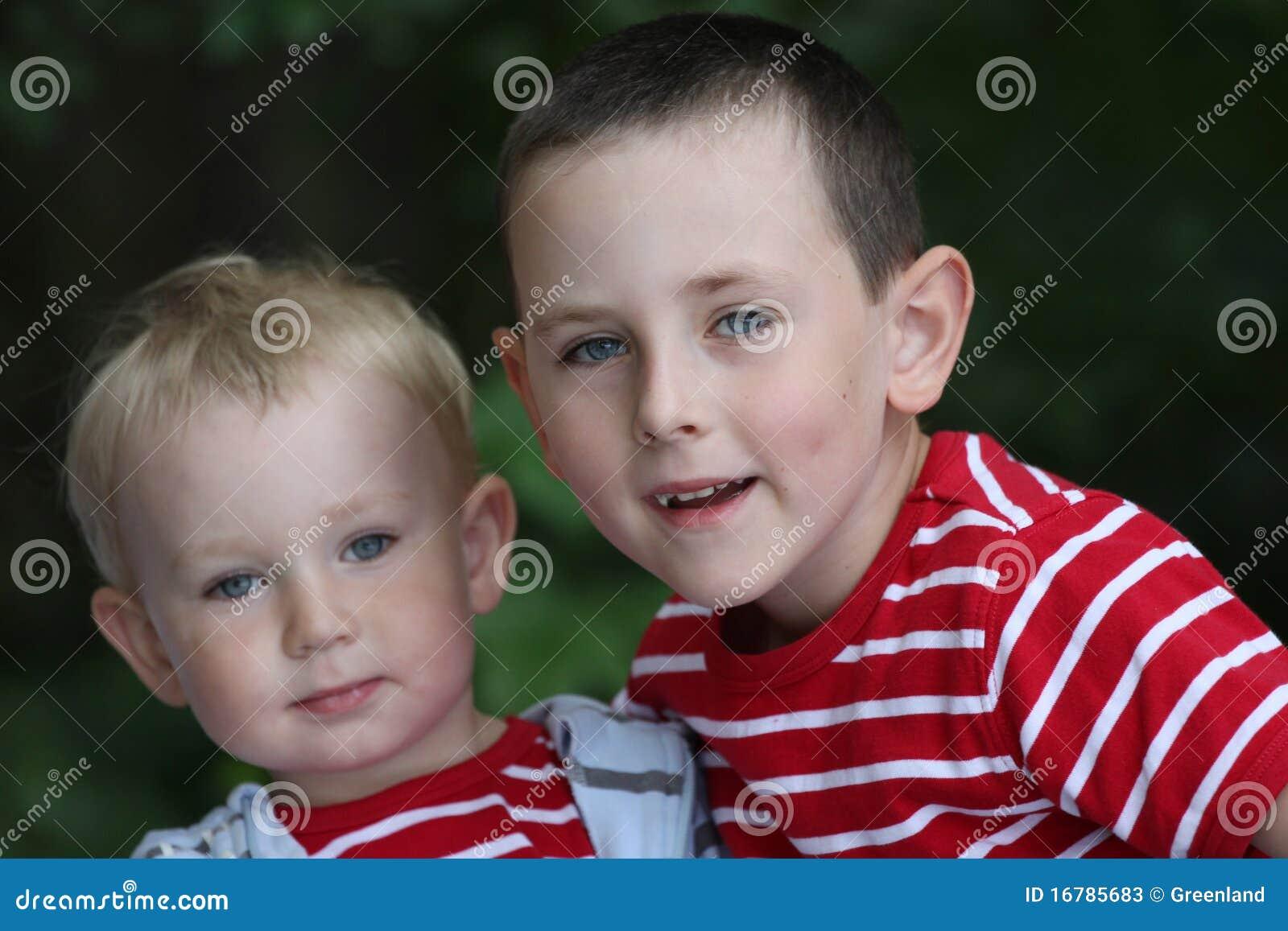 Enfant de mêmes parents d â d amitié ensemble, frères