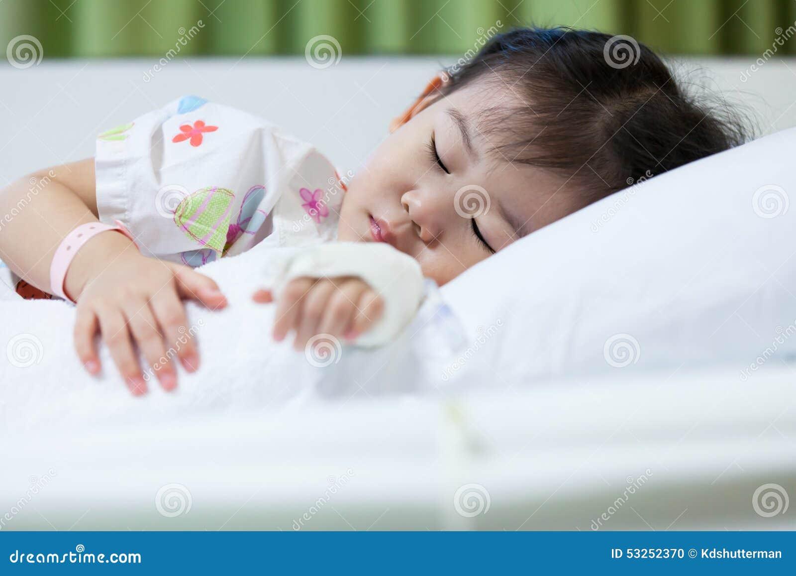 Enfant de maladie dans l hôpital, Asiatique salin de l intravenous (iv) en main
