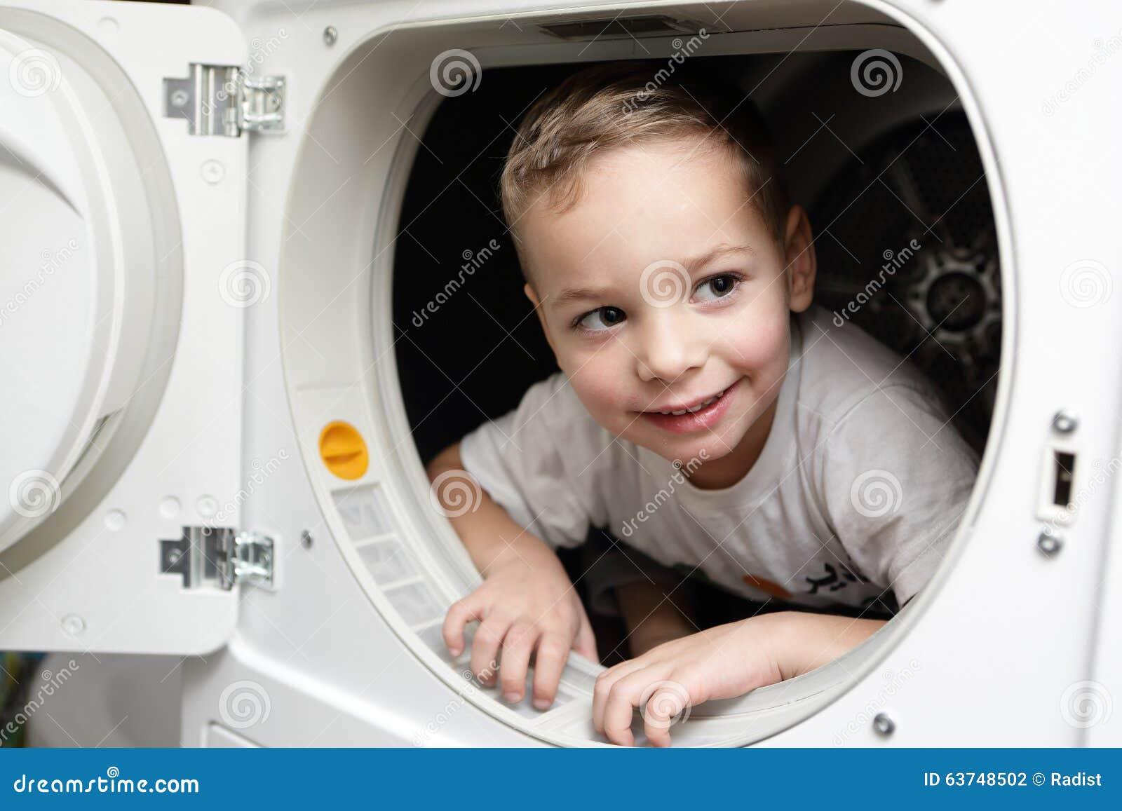 Enfant de sourire dans le dessiccateur